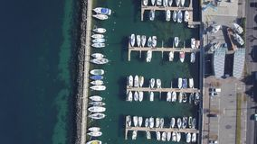 Tiros del abejón que sorprenden sobre la ciudad francesa del lado del lago de Evian Les Bains en Francia metrajes