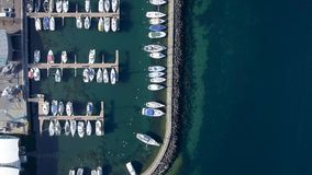 Tiros del abejón que sorprenden sobre la ciudad francesa del lado del lago de Evian Les Bains en Francia almacen de video