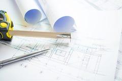 Tiros del primer de la oficina de arquitecto con proyectos arquitect?nicos del modelo, las plumas, la cinta m?trica y el papel li foto de archivo
