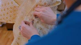 3 tiros Diseñador de moda que trabaja con el vestido de la adaptación del modelo nuevo en maniquí almacen de video