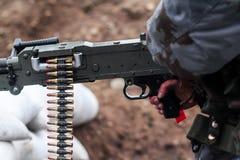 Tiros do homem da arma Foto de Stock Royalty Free
