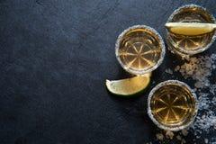 Tiros do Tequila com fatia do cal, vista superior Imagens de Stock