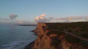Tiros hermosos del abejón 4K de la puesta del sol en el Algarve, Portugal