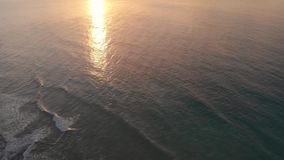 Tiros hermosos del abejón 4K de una salida del sol en el Algarve, Portugal almacen de video