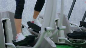 3 tiros Jovem mulher atlética que dá certo na máquina deslizante no gym video estoque