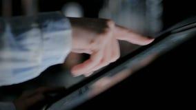 3 tiros Mujer que usa la pantalla t?ctil interactiva en el museo de la historia moderna almacen de video