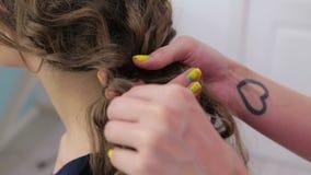 2 tiros Peinado del acabamiento del peluquero para la muchacha adolescente metrajes