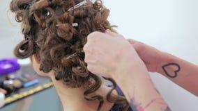 3 tiros Peinado del acabamiento del peluquero para la muchacha adolescente almacen de video