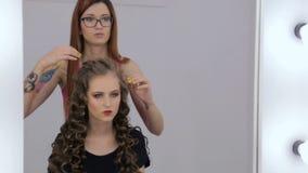 2 tiros Peinado del acabamiento del peluquero para la muchacha adolescente almacen de video