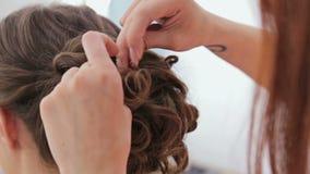 2 tiros Peinado del acabamiento del peluquero para la mujer bonita joven almacen de metraje de vídeo