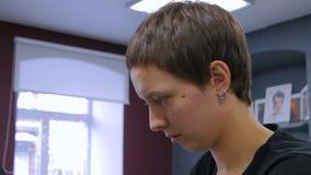3 tiros Pelo profesional del colorante del peluquero del cliente de la mujer en el estudio almacen de metraje de vídeo