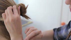 2 tiros Peluquero profesional que hace el peinado para el cliente metrajes
