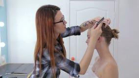 2 tiros Peluquero profesional que hace el peinado para la muchacha adolescente metrajes