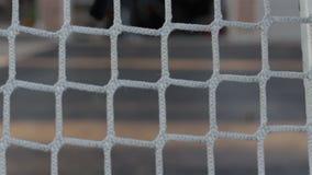 Tiros praticando em uma rede do hóquei vídeos de arquivo