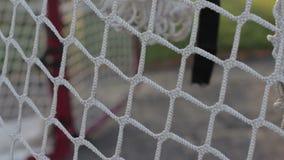 Tiros praticando em uma rede do hóquei filme