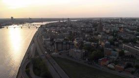 Tiros a?reos do por do sol do capital europeu Riga, Let?nia na primavera de 2019 - o Daugava e as pontes do rio s?o vistos no filme