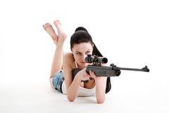Tiros 'sexy' novos da menina com um rifle do atirador furtivo. Imagens de Stock Royalty Free