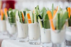 Tiros vegetarianos individuales del cóctel con la salsa sabrosa del yogur imagenes de archivo