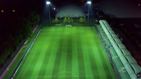 Tiroteo aéreo: Campo de fútbol vacío del top en la noche metrajes
