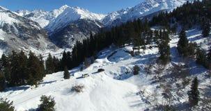 Tiroteo aéreo de dos coches en el invierno en las montañas metrajes