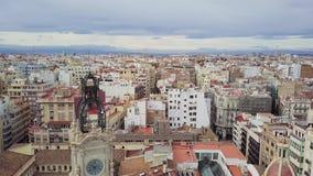 Tiroteo aéreo de España, de Valencia, vista de pájaro en los tejados rojos, caminos y cuadrados almacen de metraje de vídeo