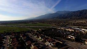 Tiroteo aéreo panorámico de la ciudad metrajes