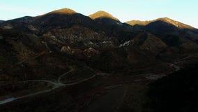 Tiroteo aéreo panorámico de montañas rocosas metrajes