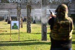 Tiroteo al aire libre con una pistola de 9m m Fotos de archivo libres de regalías