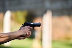 Tiroteo al aire libre con una pistola de 9m m Imagen de archivo