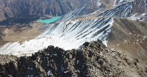 Tiroteo con el abejón Vuelo sobre las montañas rocosas Los escaladores subieron al top del pico almacen de video