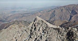 Tiroteo con el abejón Vuelo sobre las montañas rocosas Los escaladores subieron al top del pico almacen de metraje de vídeo