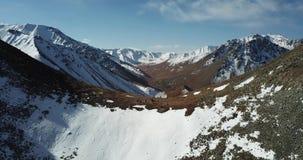 Tiroteo con el abejón Vuelo sobre las montañas rocosas Los escaladores subieron al top del pico metrajes