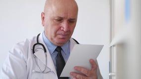 Tiroteo con un doctor Looking a la prescripción y al beneficiario del medicamento almacen de video