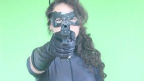 Tiroteo de la muchacha con el arma almacen de metraje de vídeo