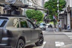 Tiroteo de la película de acción en Los Angeles céntrico con el coche de la cámara fotografía de archivo