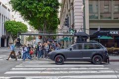 Tiroteo de la película de acción en Los Angeles céntrico con el coche de la cámara imágenes de archivo libres de regalías