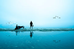 Tiroteo de la silueta del fotógrafo cerca de la playa Foto de archivo