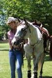 Tiroteo de Mounted del vaquero Fotografía de archivo libre de regalías