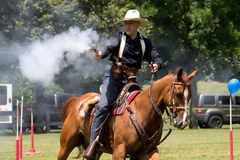 Tiroteo de Mounted del vaquero Imagen de archivo