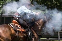 Tiroteo de Mounted del vaquero Foto de archivo