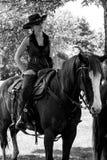 Tiroteo de Mounted del vaquero Foto de archivo libre de regalías