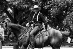 Tiroteo de Mounted del vaquero Fotos de archivo libres de regalías