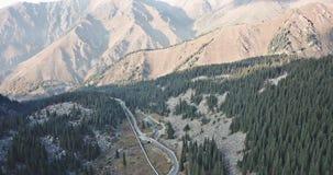 Tiroteo del aire, con un abejón Ofrece las vistas de las colinas, del bosque verde, de la carretera, del tubo y del río almacen de metraje de vídeo