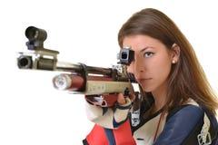 Tiroteo del deporte del entrenamiento de la mujer con el arma del rifle de aire Imagen de archivo