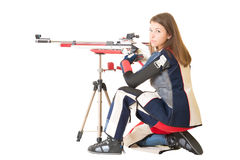 Tiroteo del deporte del entrenamiento de la mujer con el arma del rifle de aire Fotografía de archivo libre de regalías