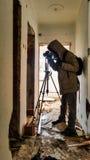 Tiroteo del fotógrafo en un apartamento abandonado arruinado Imagen de archivo libre de regalías