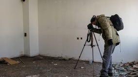 Tiroteo del fotógrafo en un apartamento abandonado arruinado Imagenes de archivo