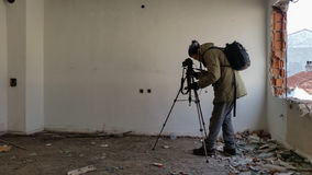 Tiroteo del fotógrafo en un apartamento abandonado arruinado Fotografía de archivo