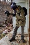 Tiroteo del fotógrafo en un apartamento abandonado arruinado Fotos de archivo