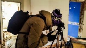 Tiroteo del fotógrafo en un apartamento abandonado arruinado Foto de archivo libre de regalías
